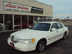 A 2002 Lincoln Town Car SIGNATURE